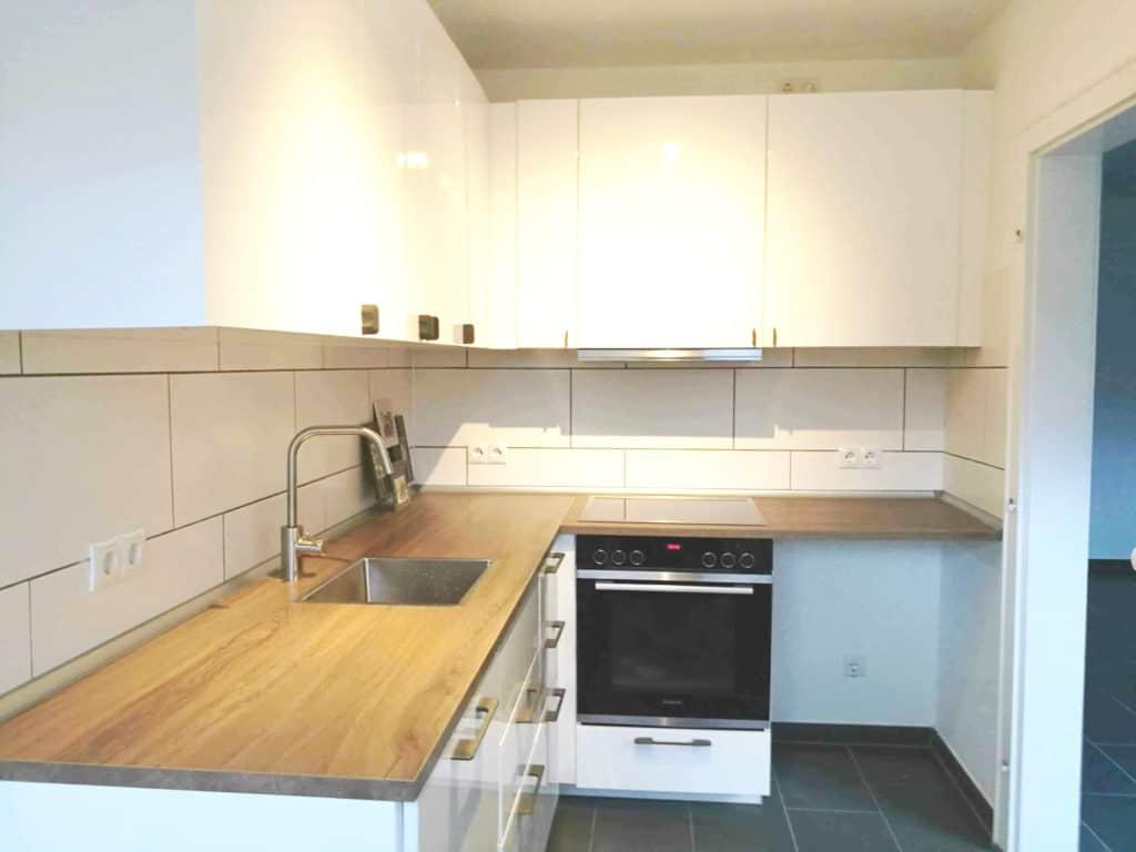 Küche Nachher: Helle Einbauküche mit Markengeräten