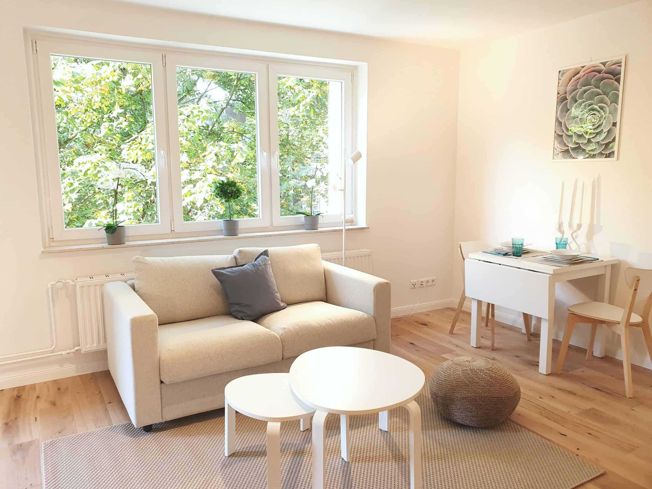 Provisionsfrei: 1 Zimmer Wohnung nahe UKE, Sofa und Essecke